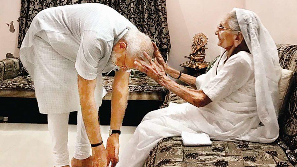 Indiai szokás: Narendra Modi, India miniszterelnöke megérinti édesanyja lábát